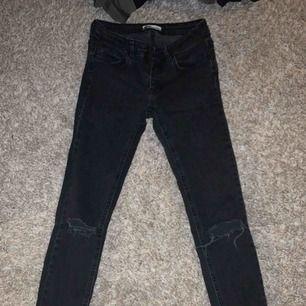 Ur snygga nya jeans i storlek 36! Låg midja, köpt på ginatricot! Frakt tillkommer 59kr