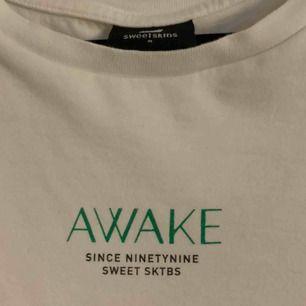 Snygg oversize t-shirt från sweet sktbs. Strl M men skulle nog säga att den är även som en L.