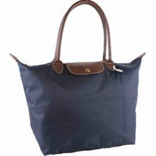 Klassisk Longchamp väska i normalstorlek. Säljes på grund av inte kommit till användning. Nypris 700kr