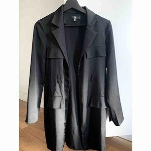 """""""kappa/kofta"""" från Missguided. var tidigare en klänning men har använt den med kostymbyxor o linne tex. glansigt tyg."""