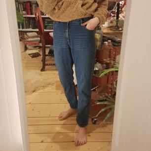 Verkligen jättesnygga, bekväma o trendiga high relaxed jeans från Monki! Använda ca. 5 gånger.