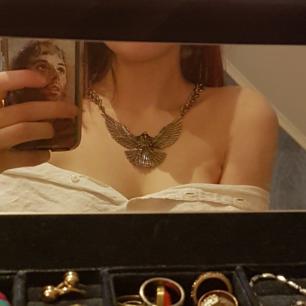 Sjukt vackert guldigt halsband föreställande en örn! Aldrig använt (tyvärr) :(