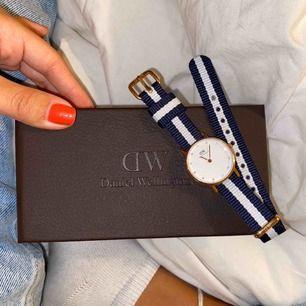 Säljer min läckra Daniel Wellington klocka. Har aldrig använt den men den är några år gammal, därav lägre pris. Pga åren så kan inte riktigt hitta namnet på modellen på klockan. Köparen får fri frakt❤️❤️❤️