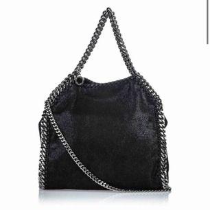Säljer min fantastiskt fina väska Stella McCartney svart Medium Falabella Fold Over Tote. Fint skick. Skambud undanbedes - har inte bråttom att sälja väskan. H36cm x W37cm