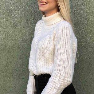 Superfin vit stickad polotröja från Zara! Använd men fortfarande i väldigt bra skick, köparen står för frakt <3