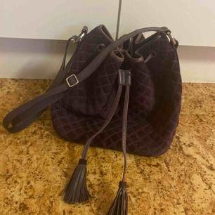Lila mocka/skinn väska med detaljer från Whyred. Använd men jätte fin! Rymmer jätte mycket