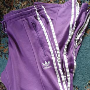 Adidasbyxor i fin lila färg. Ej storleksmärkta men jag skulle säga 36/38. Köparen står för frakt 🌹