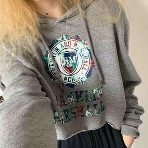 franklin & marshall hoodie!! nypris vart 1000 kr, men har själv klippt den till en fet crop hoodie. tycker personligen den är för kort, så får tyvärr sälja vidare 😔