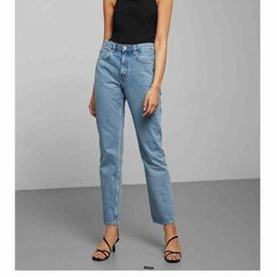 Säljer mina skitsnygga voyage jeans från weekday, pga att dom tyvärr är förstora. Färgen pen blue, väldigt fint skick. Använda i ca 4 mån. Jag är 166 cm lång och har oftast vikt upp dom när jag använt dom, vilket är jättesnyggt. Frakt betalar köpare 🥰🥰