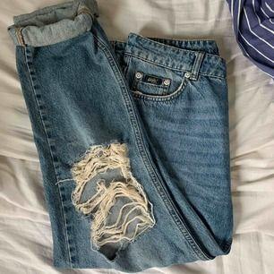 förlåt för dåååliga bilder, men är för stora för mig :( boyfriend jeans med assnyggt slitna knän!!