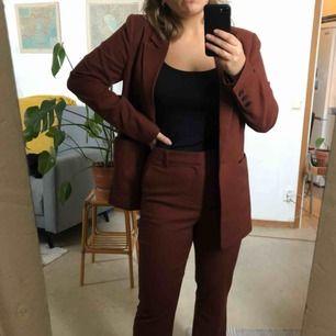 Kostym från Gina Tricot i stl 38 Använd 1 gång och i mycket bra skick  Byxorna är lite stretchiga 250 kr frakt tillkommer 🌰