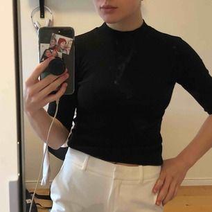Fin tre-kvarts tröja med krage och ribbat & stretchigt tyg från Zara. En av mina favorittröjor, har därför två (och för många andra polo-tröjor) och säljer en av de! Priset är exklusive frakt. Skriv för fler bilder😊