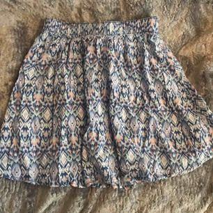 Väldigt söt och tunn kjol i fint mönster från Hollister. Aldrig använd. Frakt:42:-