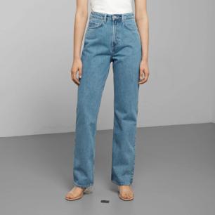 Superfina jeans från weekday I modellen row och färgen sky blue. Storlek 26/30, använda men i mycket bra skick och kvalitet, supersköna!! Säljer då de tyvärr blivit för små för mig