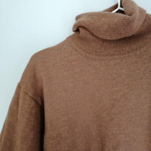 Jätte fin tjock tröja, vet inte riktigt var den är ifrån. Säljs då jag har en likadan. Jag älskar att ha den ihop med ett par vita jeans😍
