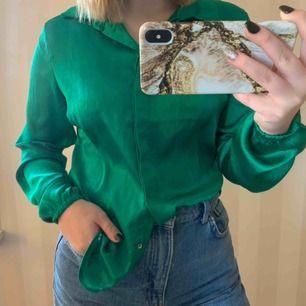 En galet snygg grön skjorta ifrån RUT&CIRCLE i storlek S Är i använt skick med någon noppra på, men ändå väldigt fin! 100% Polyester  Pris: 75kr