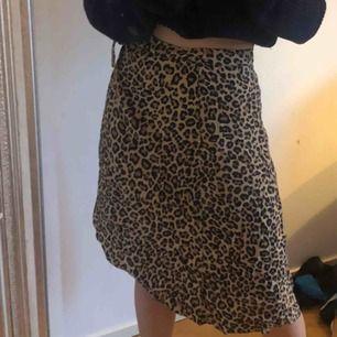 Jättefin kjol från bershka! Knytning vid sidan så passar nog till väldigt många storlekar även om den är xs! Perfekt till våren och sommaren. Möts upp i Sthlm!