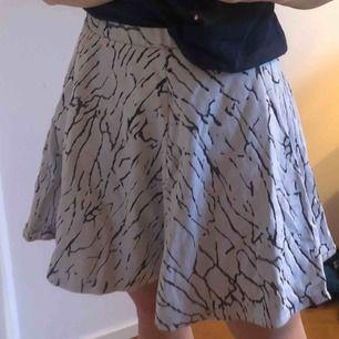Säljer denna jättefina kjolen från Gina tricot med ett coolt mönster, perfekt till våren och sommaren ,möts upp i Sthlm!