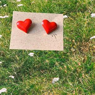 ❤️Sötaste hjärt-örhängerna! Aldrig använda och vet tyvärr inte ifall de är nickelfria eller ej /: Fri frakt!❤️