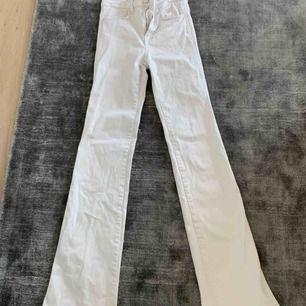 Bootcut/utsvängda jeans från Filippa k, jättefina och i bra skick!