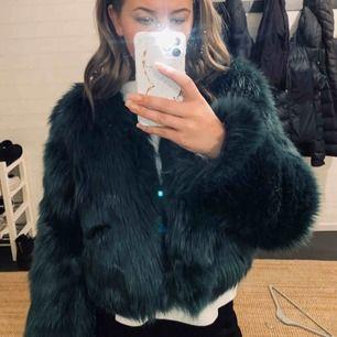 Säljer denna sjukt snygga fluff jacka. Köparen står för frakten:)