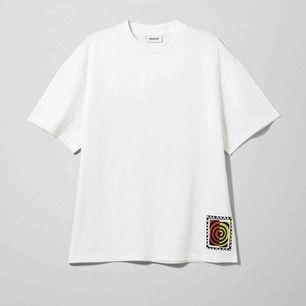Weekday Great T-Shirt med swirl print på ryggen. Helt ny med tags kvar i storlek M. Oversized och super mjuk kvalite. Går att hämta på söder, frakt kostar 50 kr