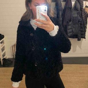 Säljer denna snygga fluff jacka. Tar swish och köparen står för frakten:)