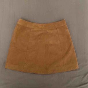 Fejk mocka kjol från H&M med dragkedja  Jättebra skick