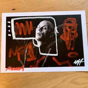 Svenska rapparen Mwuana's grafitti posters från filmningen av 'Craftmanship' videon (2019). Alla är ritade och signade av Mwuana själv, och kommer i ett eget kuvert. Går att hämta på Söder. Frakt kostar 50 kr