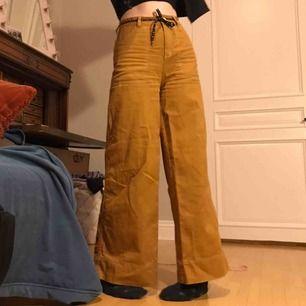 Supersnygga retro byxor från Monki med stora fickor, säljs inte längre. Nypris 400 kr och är i mycket fint skick✨ Kan mötas upp i Göteborg annars står köparen för frakt 🚚.
