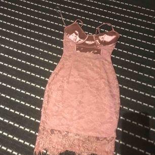Rosa klänning använts bara en gång väldigt bra skick! Skriv För mer bilder köpts för 470kr säljer den för 150kr.