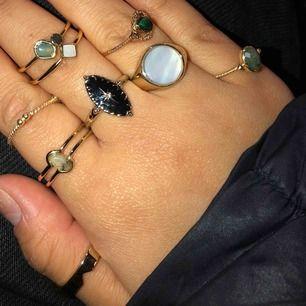 Ringarna är 9 st från other stories och är rostfria, kostade 150-190kr för en ring men säljer dem nu, skit fint skick. PRISET KAN SÄNKAS VID SNABB AFFÄR