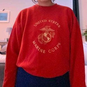 Röd sweatshirt marine corps tröja med guldig brodyr. Äkta marin tröja som de i usa har på sig i militären. Pris kan diskuteras