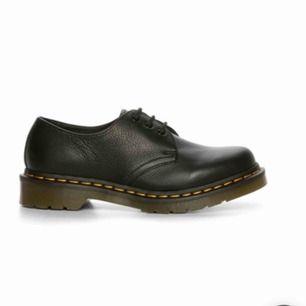 Säljer mina Dr.martens i mjukt läder, dem är använda väldigt sällan men lite skavda på ena skosnöret men annars i bra skick. Frakt tillkommer, kostar 95 kr