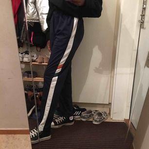 Marinblåa byxor från pull & bear🦋🦋🦋 använda några gånger men inte längre min stil<3