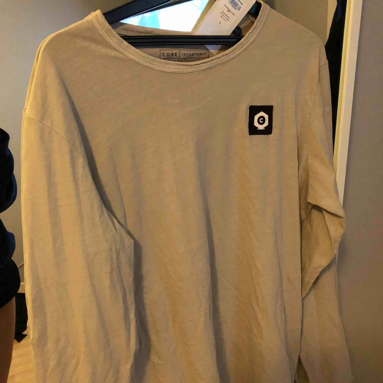 Killtröja ifrån Jack&jones Core  Aldrig använt  Hämtas i Söråker eller står köparen för frakten . Tröjor & Koftor.