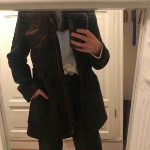 Superfin mörkgrå/svart kappa i toppskick. Passar perfekt nu när det är kallt. Kan mötas upp eller så fraktar jag!✨