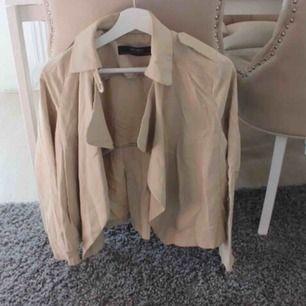 Kort trenchcoat / jacka från Zara. Haft en väska som färgat av sig på ena sidan. Inte tvättad sedan dess, kanske går bort? Frakt: 79:-