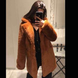 En fake päls jacka i brun/orange färg Är i mycket gott skick! (Hjälper morsan)
