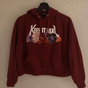 Väldigt sparsamt använd vinröd hoodie från Monki! Köptes något år sedan men har mest legat i garderoben, köparen står för frakt :)