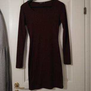 Röd tight klänning i jättebra skick. Det står M men skulle snarare säga XS/S. Köparen står för frakt!