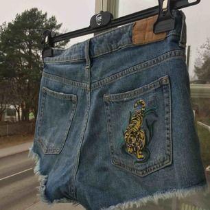 Coola shorts med broderier! Inte använda alls och i princip nyskick! Skriv om du har frågor eller vill se mer bilder :)