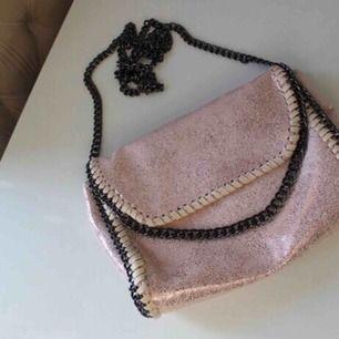Rosa glittrig aldrig använd väska som liknar Stella McCartney✨ Frakt:59:-
