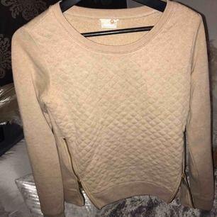 Guess tröja med kedjor på sidorna ✨Frakt:59:-