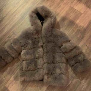 Har inte använt denna jacka. Köpte den på Facebook och hon hade inte heller använt den