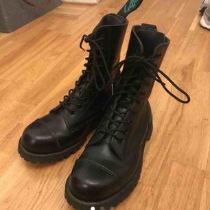 Säljer dessa fantastiskt snygga skor från get a grip för dr martens. De är i toppskick (knappt blivit använda) och håller värmen gott i vintern.   Frakten ingår i priset. Finns även att hämta i Göteborg om man så vill. 😊