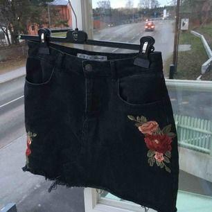 Skitsnygg jeanskjol med broderade blommor! Inte använd då den är för stor för mig. Skriv för mer bilder eller frågor :)