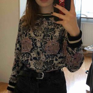 Fin tröja från MILK Copenhagen i bra skick. Sweatshirt med mönster och muddar i svart och guld. Den är i barnstorlek men passar en XS-S. Köparen står för frakten.