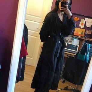 Den perfekta svarta kappan! Bälte i mitten för midja, lite puffiga ärmar och skönt material. Se gärna mina andra annonser ⛄️