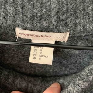 Gosig tröja från Hm. Noppig ffa under ärmarna och lite vid nedre mudden. Avhämtas eller skickas mot 63:-